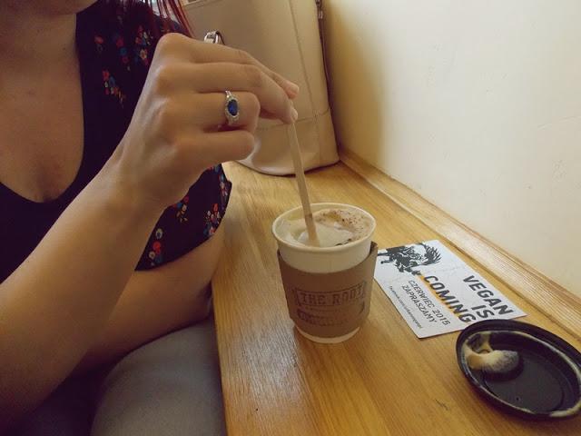 kawa z mlekiem roślinnym