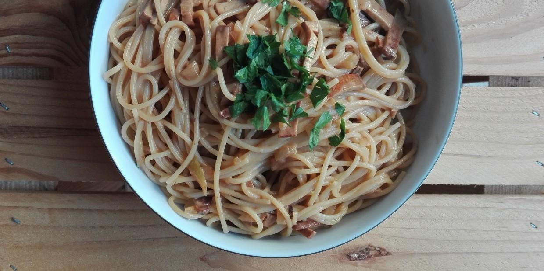 wegańskie spaghetti carbonara - przepis z boczkiem z tofu