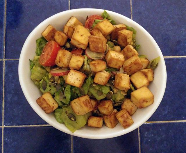 wegańska kolacja: sałatka z pieczonym tofu