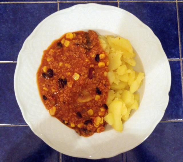 wegański obiad: ziemniaczki z sosem meksykańskim